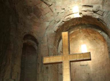 Krest vnutri hrama