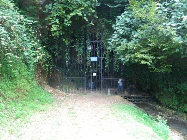 Peshhera Abrskila vhod e