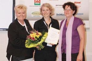 Elke Freimuth, eine der beiden Gründerinnen (mittig), bei der Siegerehrung des VIR Sprungbrett 2009 - eat the world