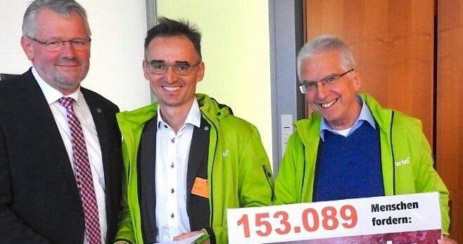 V-Partei³ übergibt dem Landwirtschaftsausschuss des Bundestages vor entscheidender Sitzung über 153.000 Unterschriften