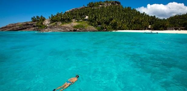 Pessoa mergulha no mar nas ilhas Seychelles, arquipélago do oceano Índico