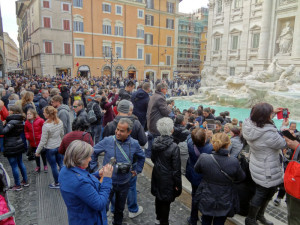 Trevi Fountain crowd