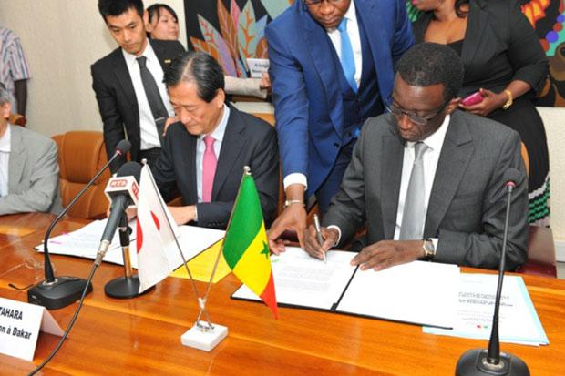 Ambassadeur Japon Takashi KITAHARA et Amadou Bâ MEF signant des accords de financement