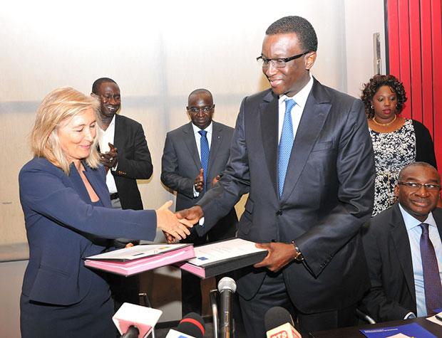 Amadou Bâ MEFP et Dominique Dellicour Union Européenne après la signature de l'accord de financement