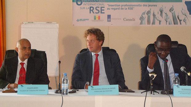 Le ministre Mamadou Talla entouré de Philippe Barry et de l'ambassadeur des Pays-Bas