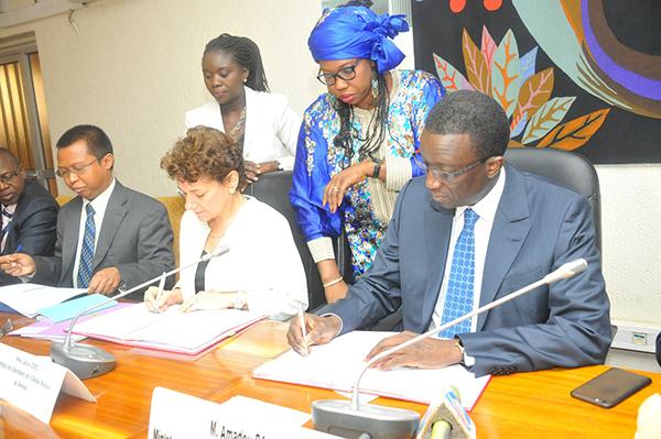 Amadou Ba ministre des finances  et Louise Cord Directeur des opérations de la BM