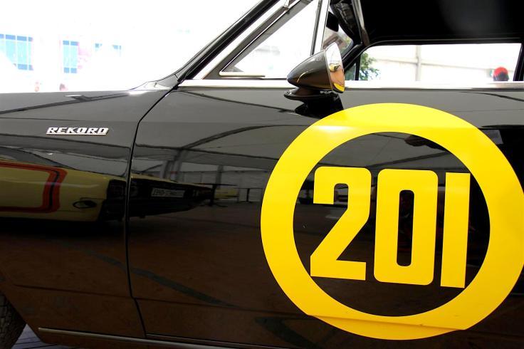 """Die """"201"""" bekam die Schwarze Witwe als Startnummer in ihrem ersten Rennen – und sie ist es geblieben."""