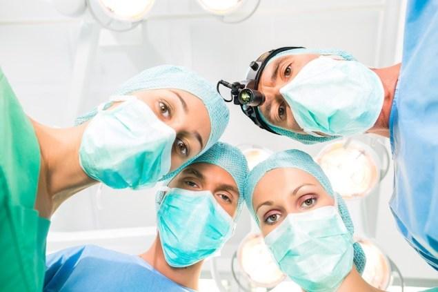 Szpital - zespół medyczny składający się z lekarzy na sali operacyjnej lub operacyjnej operujący na pacjencie w stanach nagłych