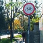 Naszály út kerékpárral behajtani tilos tábla-520