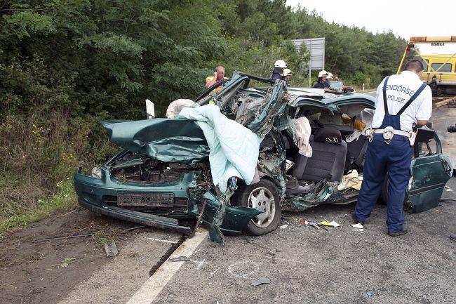 Ketten meghaltak, többen megsérültek balesetben Szobnál