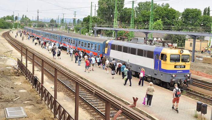 vasútállomás - utasok szállnak fel az átépítéskor a vonatra-700