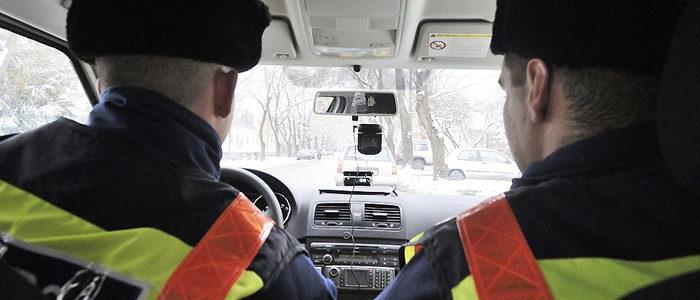 Rendőrök-az-autóban-700