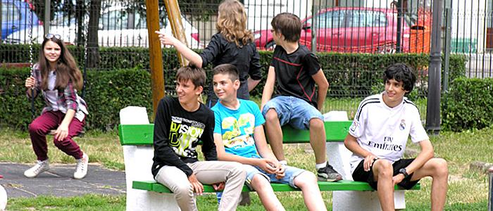 gyerekek a nyári vakáción padon ülnek-700