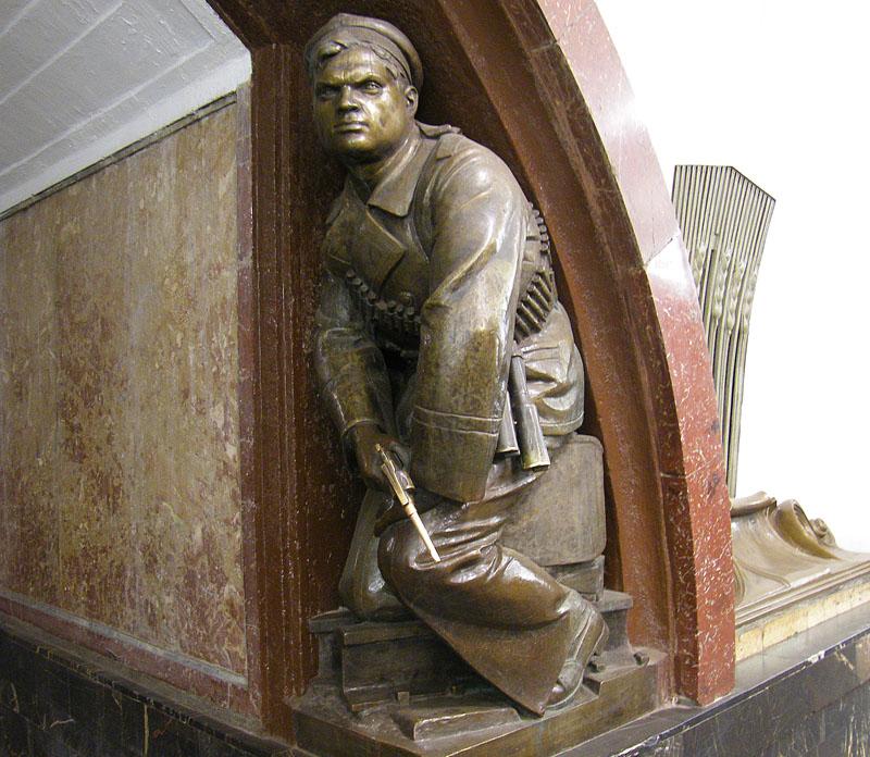 Скульптура на станции метро «Площадь Революции» в Москве. Позировал матрос Олимпий Рудаков, человек удивительной судьбы.