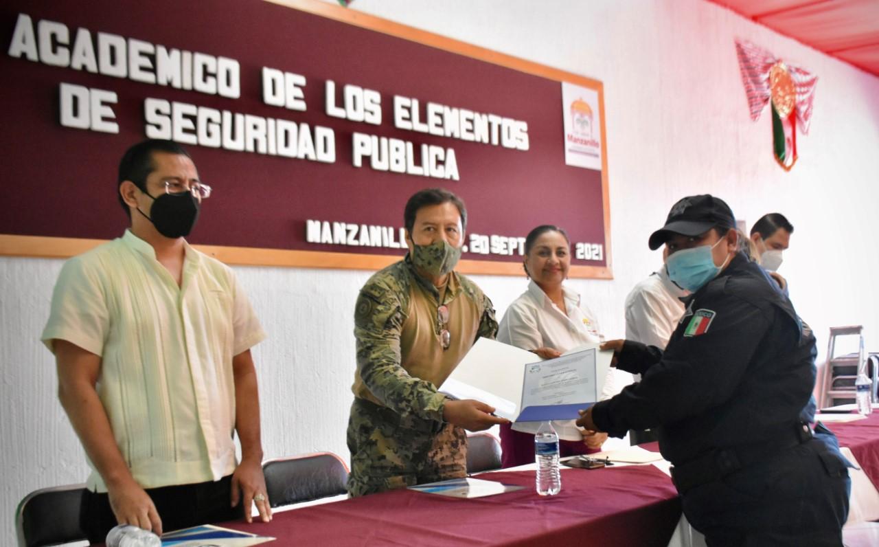 Alcaldesa de Manzanillo entregó certificados de bachillerato a 30 policías que culminaron sus estudios
