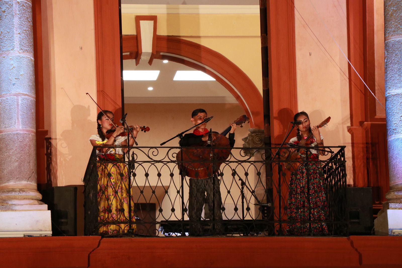 Colimenses disfrutan el espectáculo  musical «Los balcones de Palacio»
