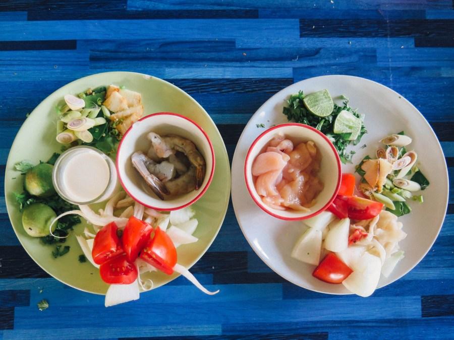 On ne s'arrête pas en si bon chemin, place aux soupes! Comme tout bon marmiton, on prepare d'abord nos ingredients. A gauche, de quoi faire mijoter un Tom Yum Kung (soupe sucrée salée aux crevettes), à droite, la base d'une soupe de poulet à la crème de coco (Tom Kha Kai) dont on ne s'est pas encore remis…