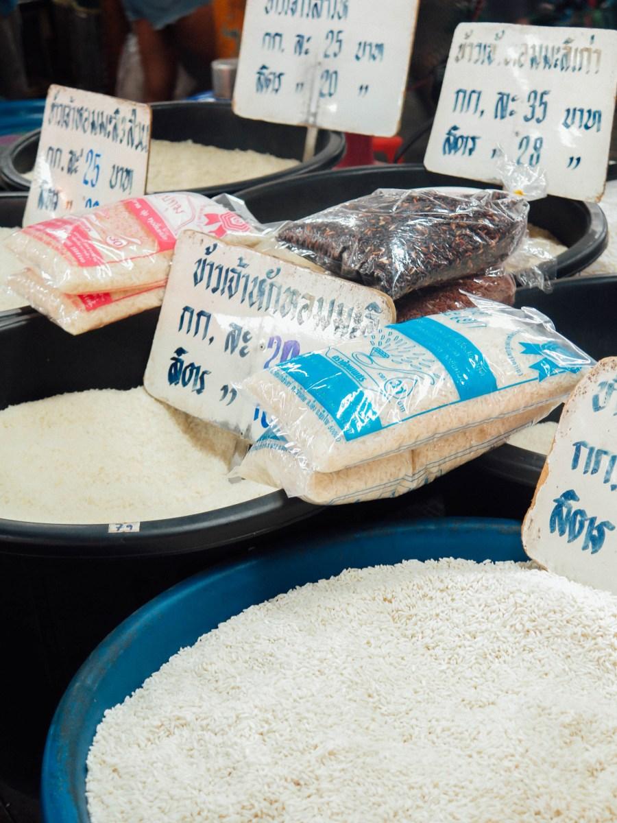 Le riz est à la base de l'alimentation thaï: riz collant, riz au jasmin, riz brun, riz sucré… il est donc primordial de savoir comment le cuisiner (bouilli ou à la vapeur) et de reconnaitre les caractéristiques de ses grains.