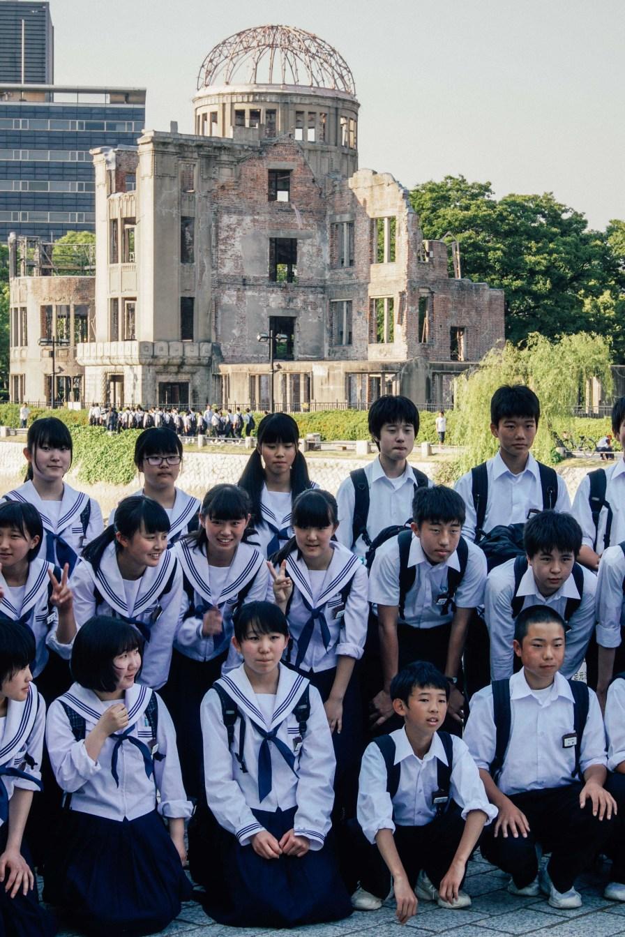 Les écoliers d'aujourd'hui devant le dôme de la bombe atomique