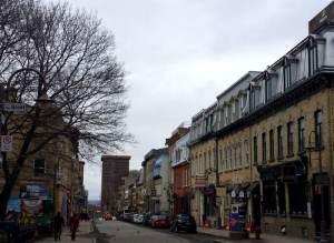 La rue St-Jean par une grise journée.