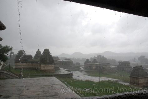 हेमकुटा पहाड़ियों से बारिश की बूंदों के बीच विरुपाक्ष मंदिर और जैन व शिव मंदिरों का नजारा
