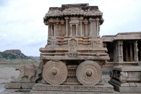 विट्ठल मंदिर में यह पत्थर का बना रथ, हंपी के शिल्प की सबसे बड़ी पहचान में से है। माना जाता है कि राजा कृष्णदेव राय ने उड़ीसा के राजा गजपति को हराने के बाद कोणार्क की प्रेरणा से यह बनवाया