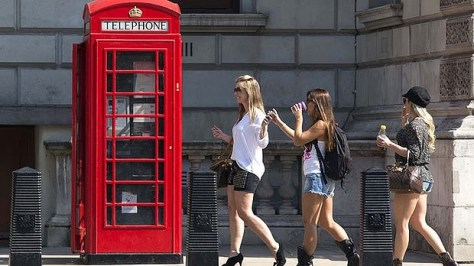 Australian tourists at a London phone-booth. Photo: AFP
