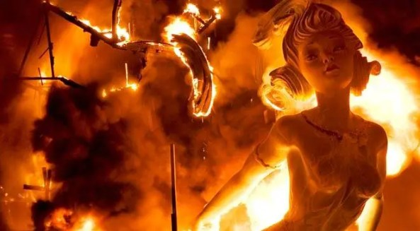 'Falla' papier-maché figure in flames on the 'Nit del Foc'. Valencia © Turespaña