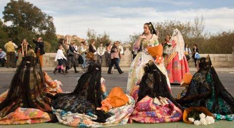 'Falleras' in traditional dress in the streets of Valencia © Turespaña