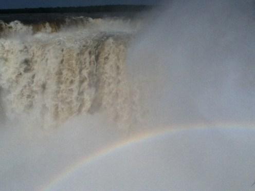 El agua vomita arcoiris