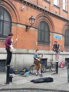 Músicos callejeros en Temple Bar, Dublín