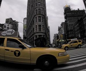 Taxi delante del edificio Flatiron en Nueva York