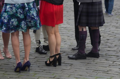 Invitados con kilt en una boda escocesa