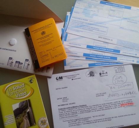 Información, recetas y cartilla de vacunación que nos dieron en la Unidad del Viajer del Carlos III