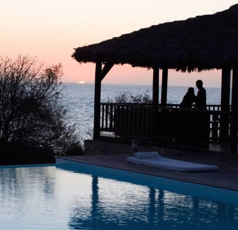 Atardecer en la piscina del hotel Paradisier, en Ifaty