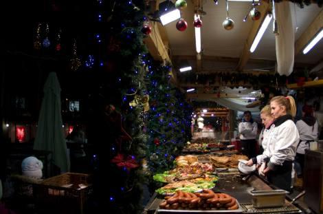 Puesto de comida en el mercado de navidad frente a la Basílica de San Esteban