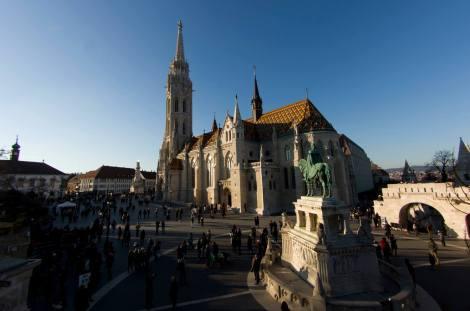 La Iglesia de San Matías con la estatua del rey homónimo