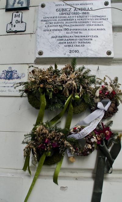 Coronas en homenaje a los caídos en guerra, en las calles de Budapest