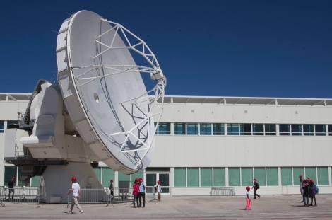 En las instalaciones de ALMA pudimos ver de cerca una de sus 66 antenas de observación radio astronómica, que estaba en mantenimiento