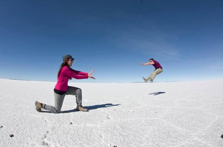 ¿Quién va al salar de Uyuni y no se hace fotos jugando con la perspectiva? Turistada obligada ¡y super divertida!