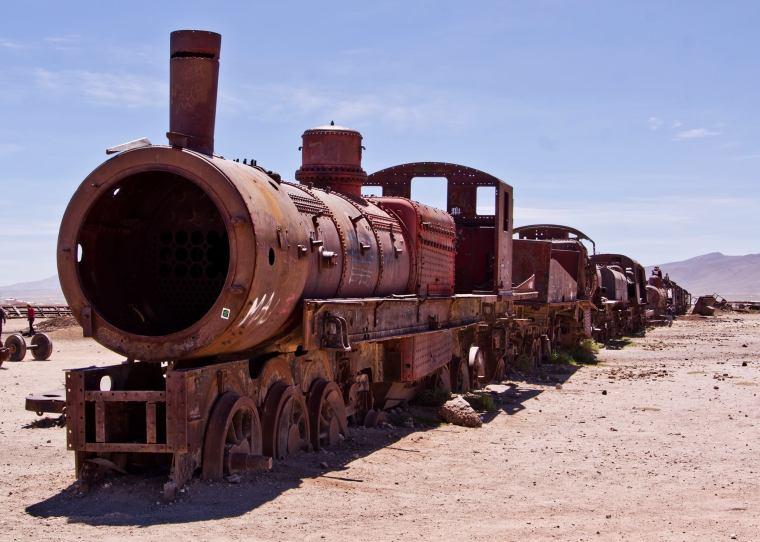 Paseando entre locomotoras abandonadas en el cementario de trenes de Uyuni