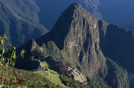 Vista de la ciudad y de Huayna Picchu desde la montaña Machu Picchu
