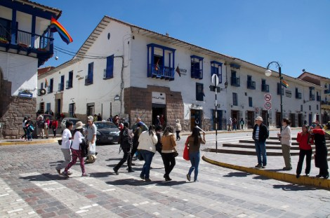 Paso de peatones en el centro de Cuzco: ¡corred, insensatos!
