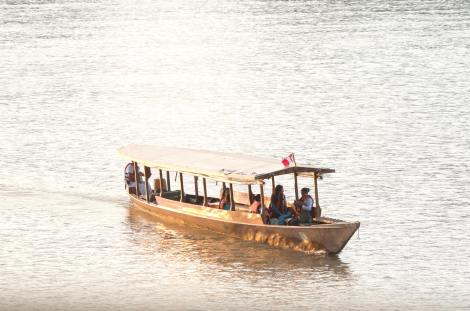 Típico barco que se usa para los desplazamientos en el río Madre de Dios, en la selva amazónica de Perú
