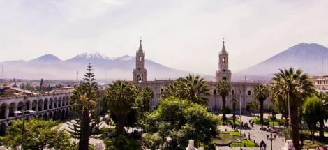 Vistas de la Plaza de Armas y la Catedral de Arequipa, con los volcanes Chachani y Misti al fondo