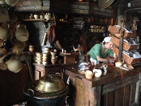 El restaurante medieval II Draakon, en los bajos del Ayuntamiento, es parada obligada para probar sus empanadas