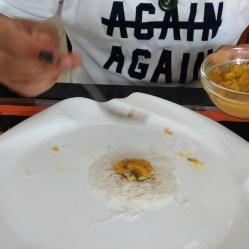 Desayuno típico de Sri Lanka. Las tortitas de fideos de arroz se llaman idiyappam y se acompañan de curry
