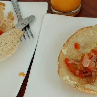 Los hoopers son tortitas finísimas con forma de bol (harina de arroz + leche de coco + ponche de palma) y con distintos rellenos (huevo, pollo, cebolla...). Típicos en el desayuno cingalés. Sri Lanka