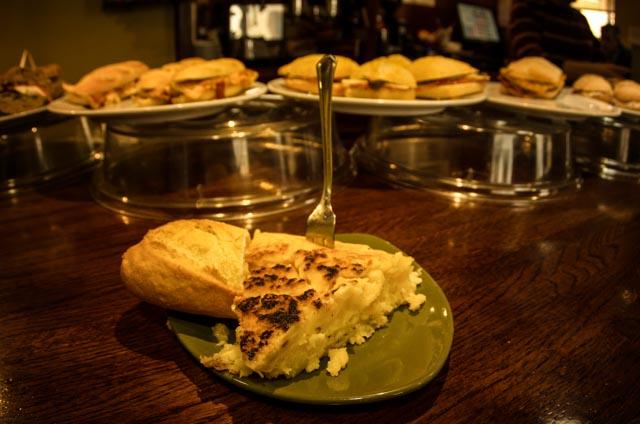 La tortilla es uno de los pintxos por excelencia en las barras de Euskadi