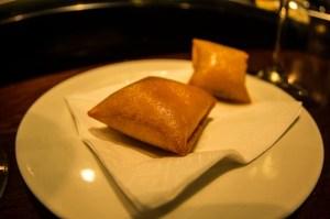 El huevo del Sagartoki: uno de los pintxos más famosos de Vitoria. Fina capa de patata frita rellena de panceta y yema de huevo